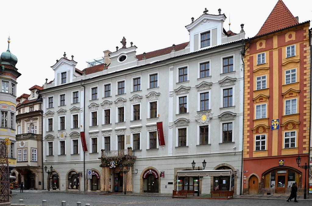 Ačkoli Richtrův dům byl průchozí do Michalské ulice, padl koncem 19. století návrh, aby byl zbourán, čímž by se vstup do uvedené ulice rozšířil. Naštěstí to městská rada zamítla, takže ho můžeme obdivovat v celé jeho kráse (Foto: Miloslav Čech)
