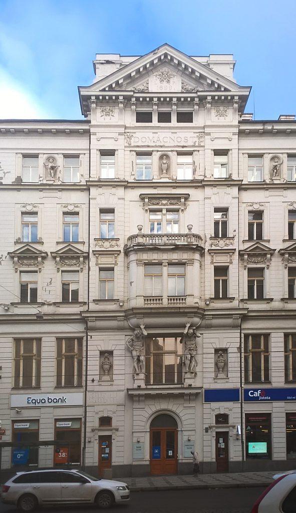 Sídlo spolku v Lazarské ulici má dodnes ve své horní částí čitelný název DOMÁCNOST. (Foto Miloslav Čech.)