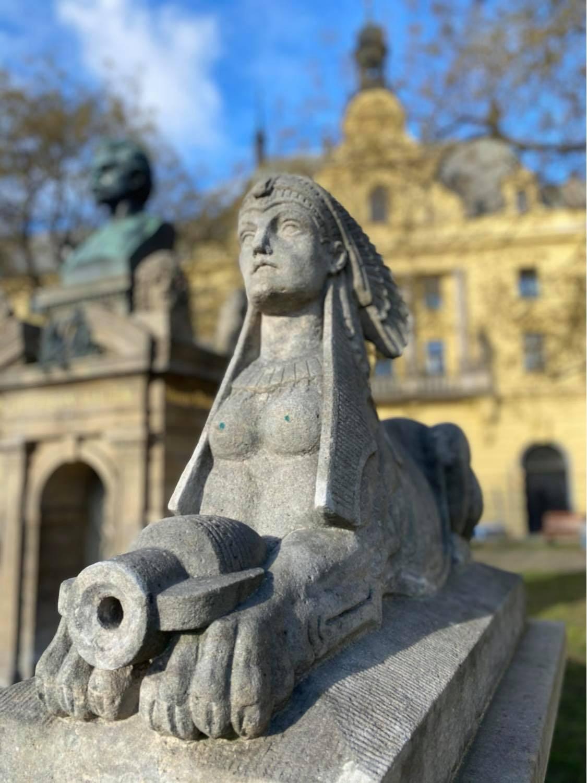 Sfinga střežící pomník Vítězslava Hálka na Karlově náměstí (Foto: © Kateřina Nývltová)