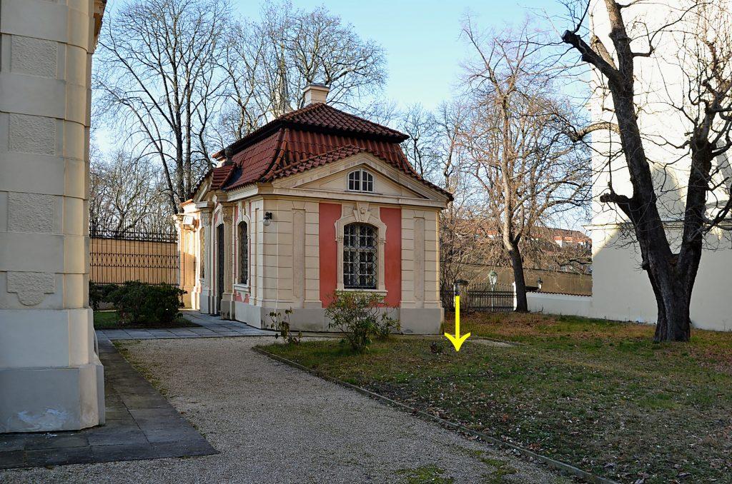 Šipka na fotografii naznačuje, kde stával domek Noskových (Foto: Miloslav Čech)