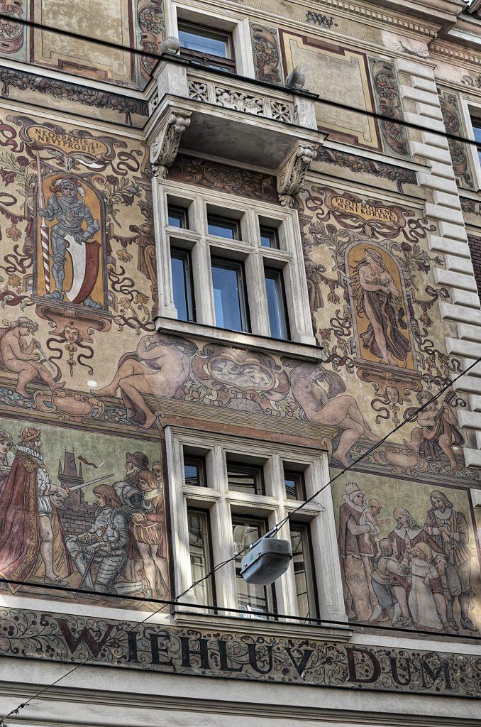 Výzdoba fasády Wiehlova domu orientovaná do Vodičkovy ulice (Foto: Miloslav Čech)