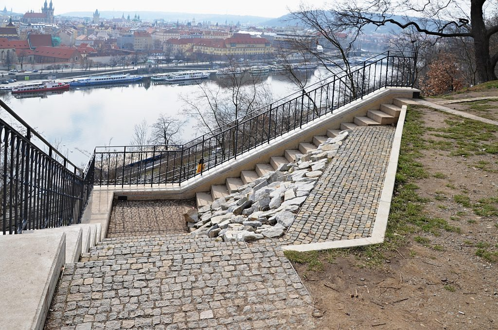 V roce 2019 město Praha zřídilo u bývalé konečné lanovky vyhlídku, jejíž součástí se staly kromě opraveného původního zábradlí i základy a zbytky opěrných stěn výstupní stanice. (Foto: Miloslav Čech)