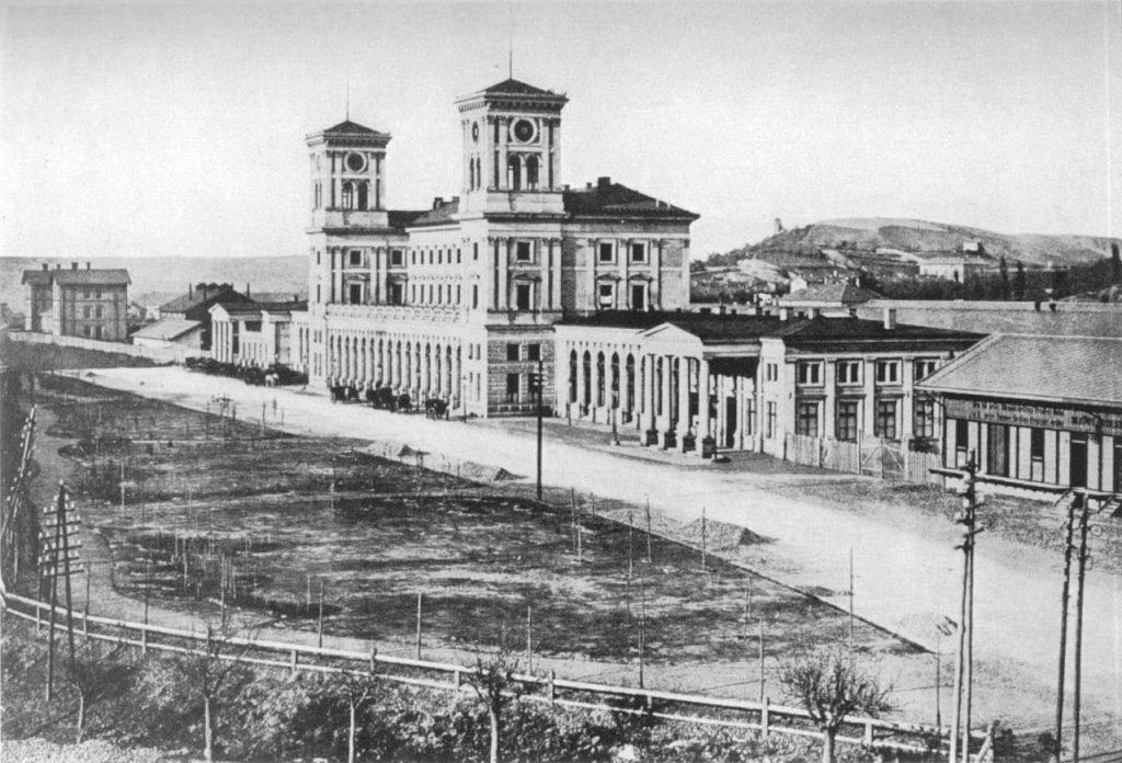 Původní novorenesanční budova si vysloužila přezdívku zámecké nádraží (1870). Foto: František Fridrich (1829 – 1892) – Zmizelá Praha, Wikipedia, volné dílo