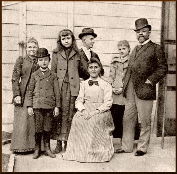 Antonín Dvořák s rodinou a newyorskými přáteli na dvoře domu, ve kterém během svého pobytu žili (Zdroj: web antonin-dvorak.cz)