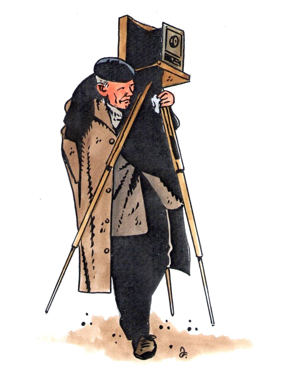 Josef Sudek nosil svůj fotoaparát na levém rameni, a přiznával, že popasovat se s ním jednou rukou bylo nesnadné. Pomoc přátel však prý odmítal. (Kresba: Jiří Filípek)
