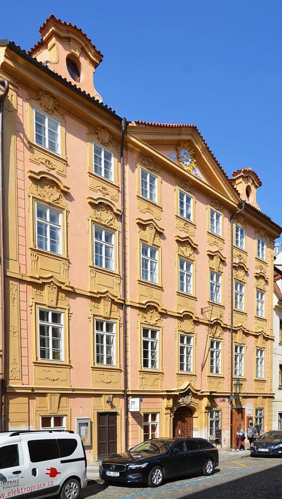 Dům na Úvoze čp. 160/24 byl postaven v druhé polovině 16. století, ale roku 1706 ho barokně přestavěl malíř Kristián Luna. Je znám pod dvěma názvy. Ten první zní U Kamenného sloupu podle sloupu se sochou Panny Marie (jež je kopií sloupu na Staroměstském náměstí), umístěného nad okny prvního patra domu. Dům je známý i pod názvem U Slunce a luny, který dostal podle toho, že K. Luna dal po stranách průčelí umísit štukové poprsí Luny (coby svého znamení) a na opačnou stranu umístil Slunce. (Foto: Miloslav Čech)
