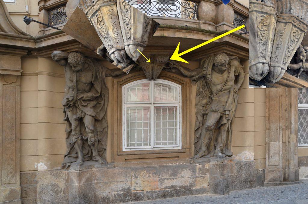 """Šestadvacetiletý sochař Ferdinand Maxmilián Brokoff zanechal v klenbě pod balkonem paláce Morzinů, podepíraným dvěma Maury, nápis: """"Hos Mauros anno 1714 fecit Brokoff."""" neboli """"Tyto Maury zhotovil roku 1714 Brokoff"""". (Foto: Miloslav Čech)"""