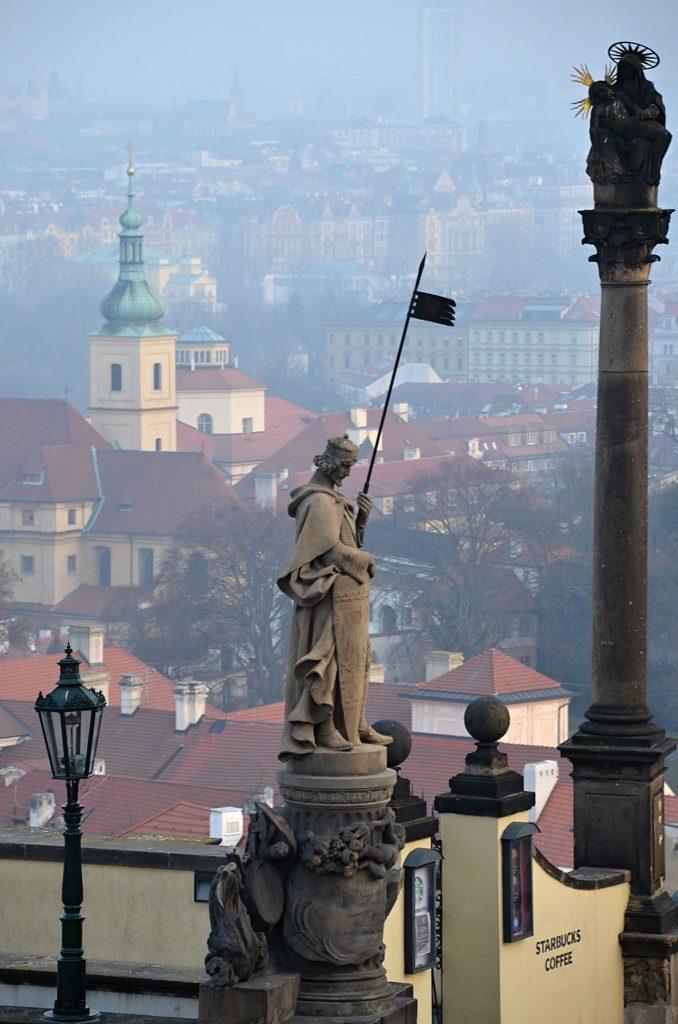 Socha sv. Václava, a na vysokém sloupu soška Panny Marie Einsiedelnské (Foto: Miloslav Čech)
